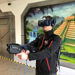 Jeune homme jouant à un jeu de réalité virtuelle (VR) aux Sables d'Olonne (85)